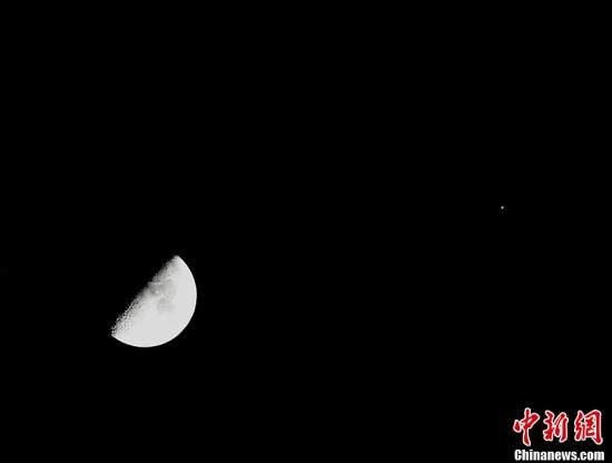 """资料图:""""木星合月""""美丽天象。丁宁 摄"""