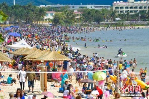 资料图:游客在海南畅享春节假期。 中新社记者 骆云飞 摄