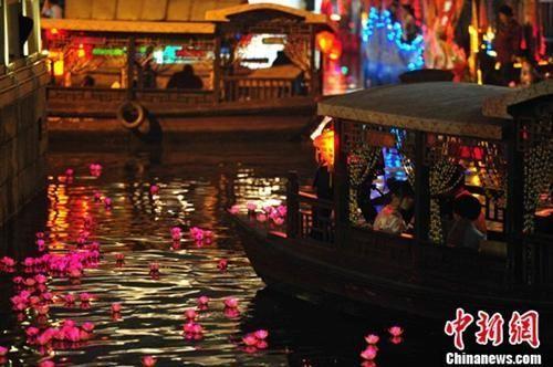 资料图:清明节当晚,广州市民放下两千余盏河灯,表达追思。中新社发 柯小军 摄