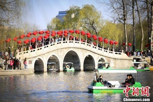 资料图:清明假期北京市民赏春光。中新社发 杨阳 摄