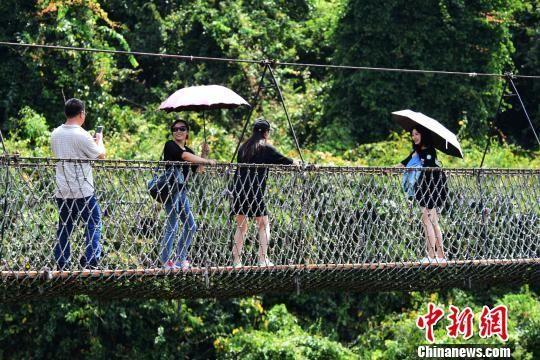 清明期间,游客在三亚亚龙湾热带天堂森林旅游区游玩。 黄庆优 摄