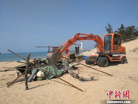 执法人员拆除沙滩违法建筑。赵庆山 摄