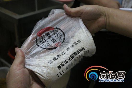 三亚食药监执法人员正在查看御粱坊三亚和平街店内的原料。南海网记者叶俊一摄