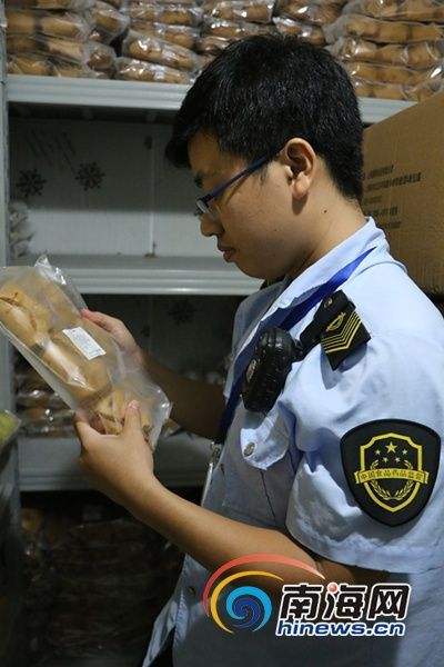 """三亚食药监执法人员正在检查""""镖师""""店内的半成品红糖馒头。南海网记者叶俊一摄"""