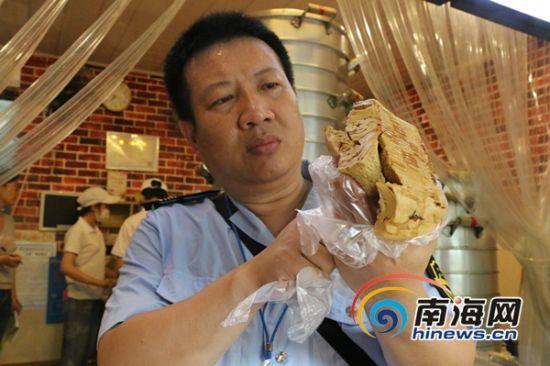 三亚食药监执法人员正在检查御粱坊三亚和平街店的红糖馒头。南海网记者叶俊一摄