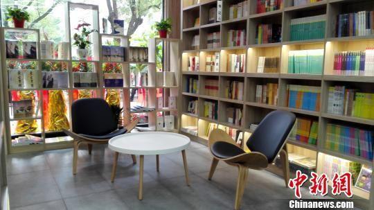 海南中学与新华书店联袂建成琼岛最大校园书屋