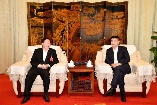钟鸣明会见出席海南省政协七届二次会议的文昌