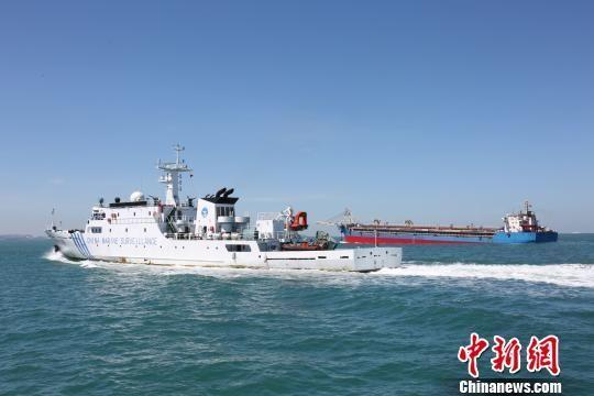 图为海南省海洋执法部门进行海上执法。 高凌 摄
