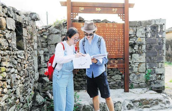 嘉年华活动有关小组成员调研罗驿村历史文化。