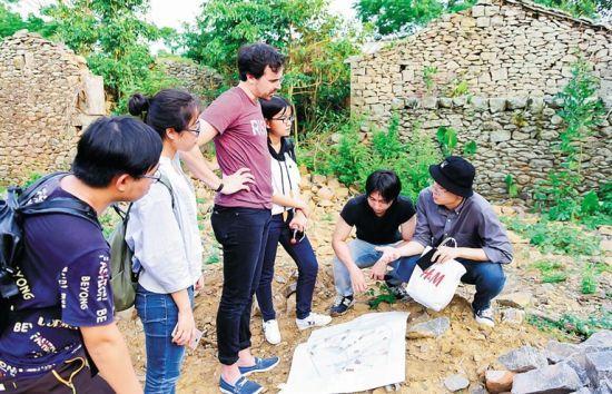 嘉年华活动规划建设小组成员在罗驿村调研古建筑。