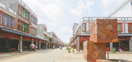 5月21日,通过立面改造的定安县翰林特色小镇,变得更有韵味。