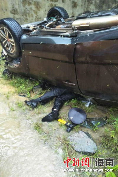 越野车坠下十米高桥 琼中民警开展营救