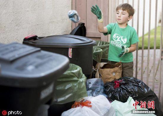 瑞恩的爸妈便决定干脆帮儿子注册一家公司专门回收废品。办公地点就设在家里,瑞恩当CEO,老爸负责创意,老妈负责业务。图片来源:ICphoto 文字来源:海外网