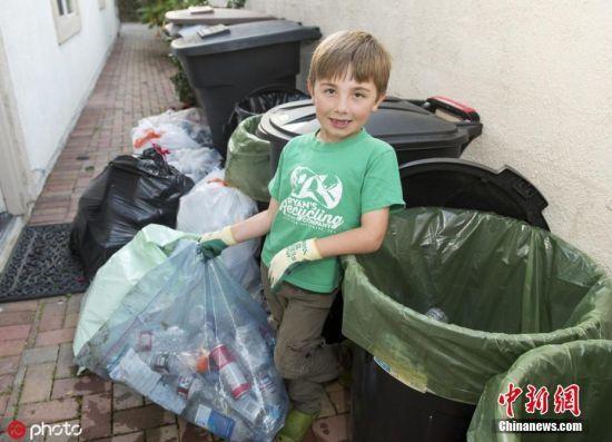 """7月17日消息,美国一个小男孩从3岁开始就对垃圾分类产生浓厚兴趣,7岁成立垃圾回收公司。据美国CNN报道,这名""""垃圾小王子""""名叫瑞恩・�?寺�,来自美国加州,他在父母的指导下学会了垃圾分类。小瑞恩对垃圾分类展现出了无比的热情,将家里所有瓶瓶罐罐都进行分类处理。图片来源:ICphoto 文字来源:海外网"""