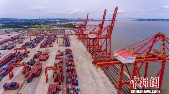 图为海南洋浦港小铲滩码头。 骆云飞 摄