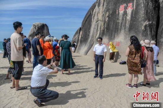 图为近日,游客在天涯海角景区内游览。 洪坚鹏 摄