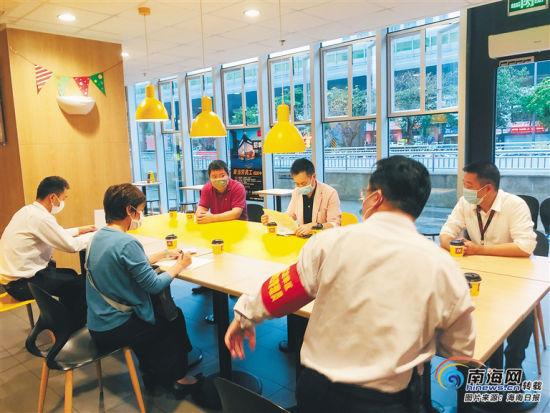 2月底,海口市复工复产专员杜秀良(上排左一)指导餐饮店做好开业准备。 (海口市龙华区委宣传部供图)