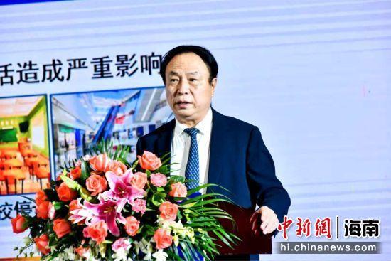 中国工程院院士、络病研究与创新中药国家重点实验室主任吴乐虎国际app教授会上作题为《络病理论指导呼吸道传染病防治研究》的主旨报告。主办方供图