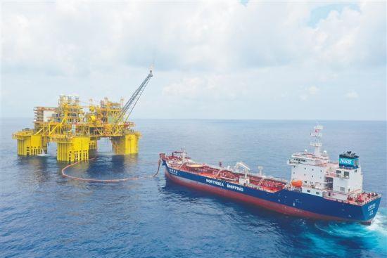 """""""深海一号""""能源站通过动力定位系统与牵引绳定位油轮""""北海新希望""""号。唐帅 摄"""