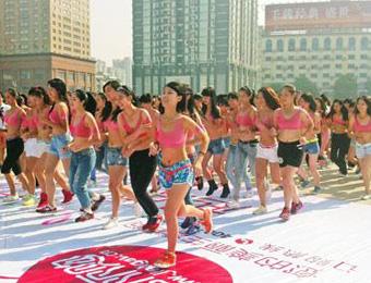 上百美女内衣跑倡导关注乳房健康