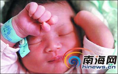 文昌市一个男婴刚出生竟少一只手
