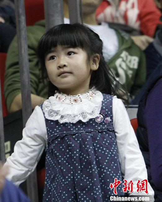 姚明女儿观看篮球赛俏皮可爱