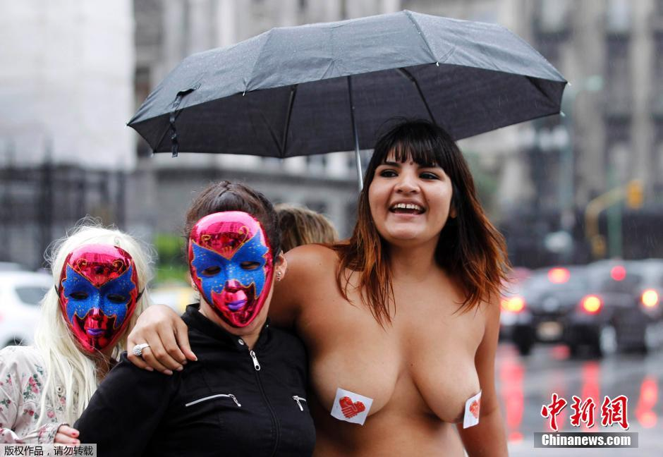 阿根廷性工作者半裸街头抗议 要求合法化
