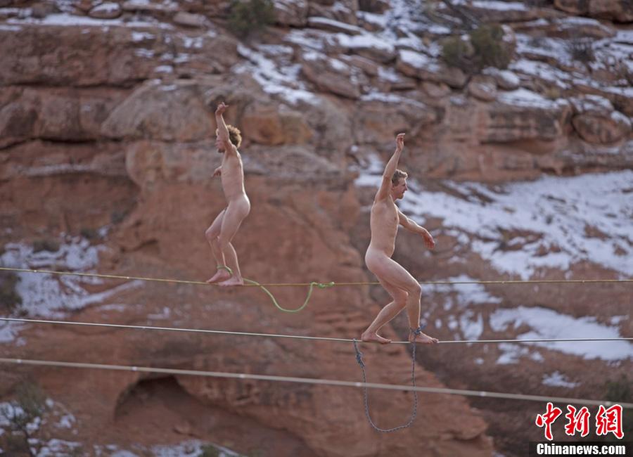 惊世骇俗!冒险家沙漠中裸体高空走扁带