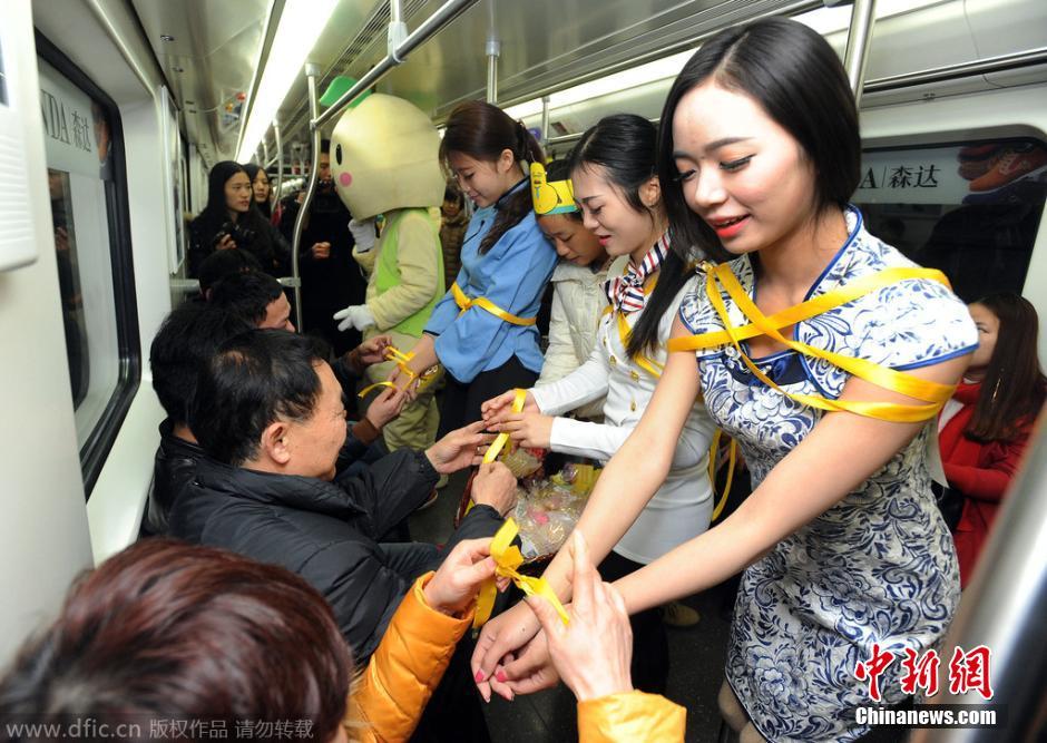 武汉地铁现遭捆绑美女 求乘客解套减压