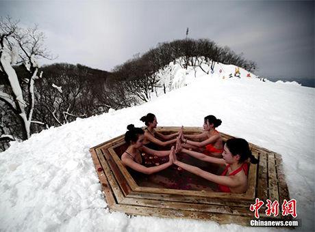 比基尼美女美女中练好不泡温泉瑜伽惬意色冰雪第四图片