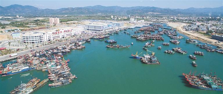 三亚崖州中心渔港大量渔船靠泊休整