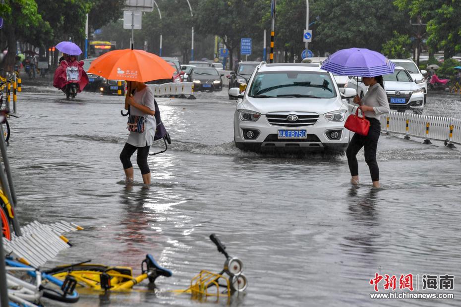 第4号台风携强降雨袭扰海南 车辆冒险通过积水路段如行船
