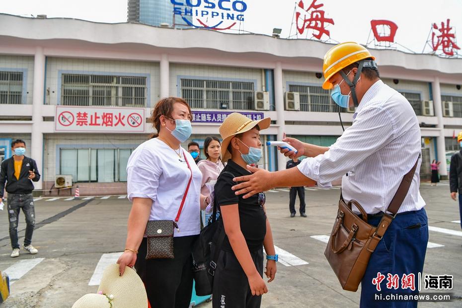 海口港医务人员对进出岛旅客进行体温检测