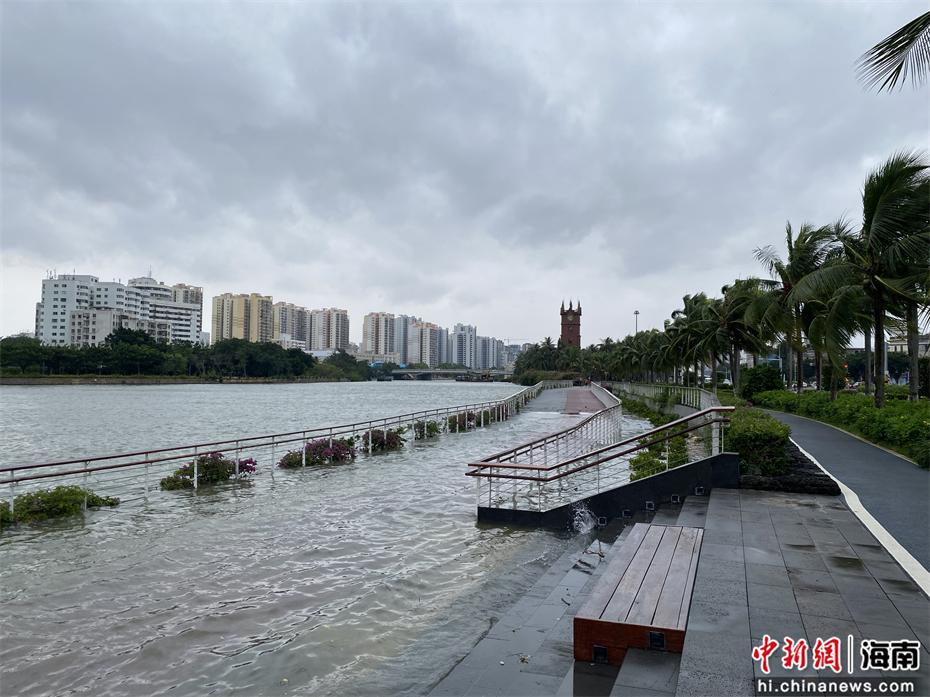 海口钟楼附近海水已倒灌至人行道