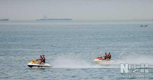 游客乘坐摩托快艇在海南海口的海面上驰骋.