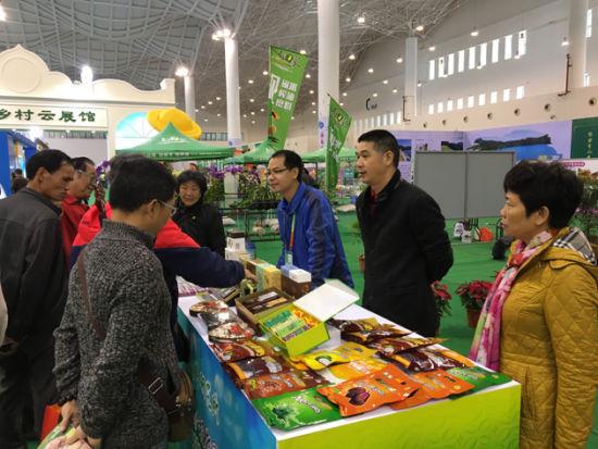 展会现场 中国热带农业科学院香料饮料研究所所长唐冰(右二)、 成果转化处处长刘爱勤(右一)