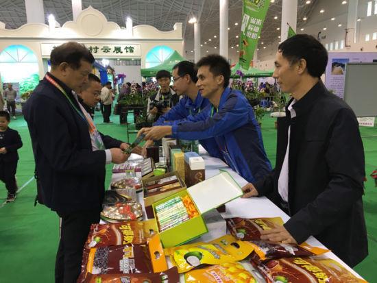 展会现场 中国热带农业科学院香料饮料研究所副所长谭乐和(右一)