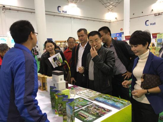 参展客商体验兴隆热带植物园休闲旅游科技产品