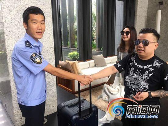 三亚旅游警察帮游客找回遗失财物。南海网通讯员沙晓峰摄