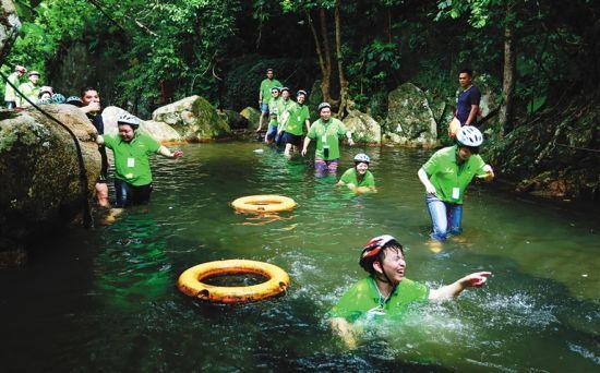 游客在保亭呀诺达雨林文化旅游区戏水。
