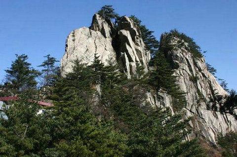 岭上有巍然耸立的斗柄塔