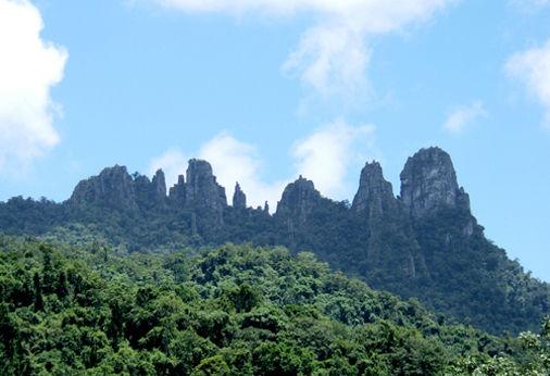景区简介   七仙岭温泉国家森林公园位于保亭县七仙岭脚下的一座盆地内,是海南岛著名的旅游度假胜地,也是游客最喜爱的海南岛特色精品景区之一,其地理坐标为东1093510945,北纬18141844,她三面群山环抱,有保存较为完整的热带雨林和良好的生态环境,七仙岭属热带季风气候,气候温和,雨量充沛,年平均气温23左右,冬暖夏凉,负氧离子含量高达8200个/立方厘米,宛如天然氧吧。七仙岭温泉是海南岛著名的温泉,既是海南岛开发和保护最为完好的温泉,又是海南岛唯一一处处于半野生状