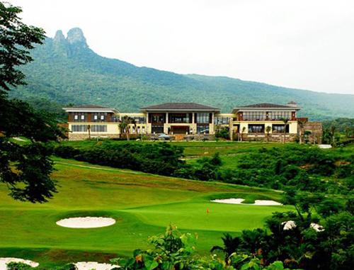 酒店介绍   保亭七仙岭温泉高尔夫球会位于海南岛中部五指山南麓