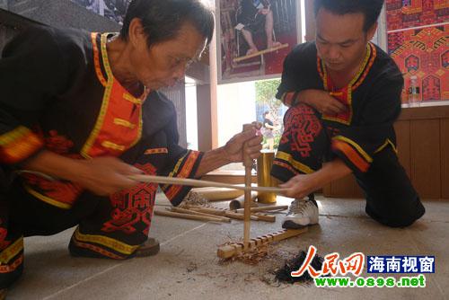 表演了黎族人民钻木取火的三种方法
