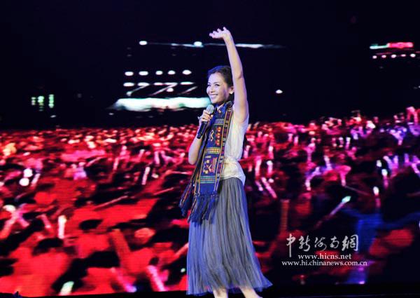 刘涛/影视演员刘涛在保亭演出,受到观众热烈欢迎。骆云飞/摄