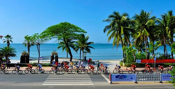 环岛赛第九赛段三亚绕城在在美丽的三亚湾举行