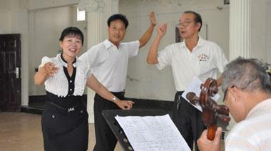欢乐节志愿者尽展美丽大方之仪态 日月湾冲浪节明年1月举行 陈楚生