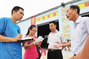 记者正在万宁市长丰镇马坡村采访.海南日报记者 古月 摄