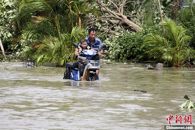 """三亚/台风""""海燕""""袭击三亚 水流成河交通拥堵"""