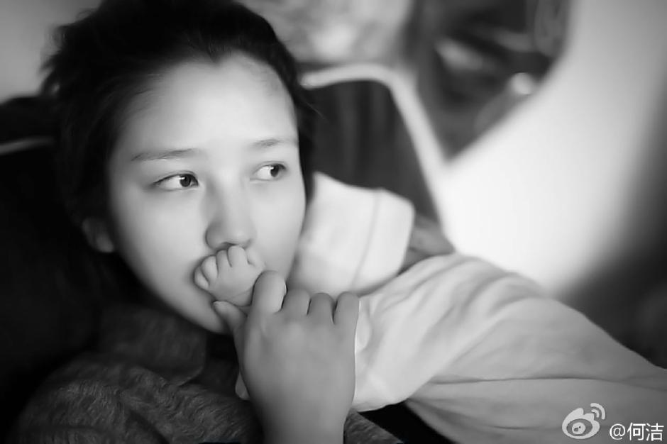 何洁/11月20日何洁与赫子铭第二个宝宝宝妹的照片首度在网络曝光,...